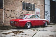 Deze Alfa Romeo 1600 GTA Autodelta wordt in Frankrijk te koop aangeboden door Franco Lembo, een bedrijf dat ook voor het overige aanbod een zeker een kijkje #alfa #alfaromeo #italiandesign