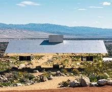 Desert X monumentale exposition qui reflète le ciel la Terre et l'état du monde