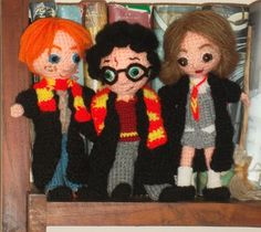 The golden trio in flesh (wool) and bones (hydrofil ) Trio amigurumis Crochet Patterns Amigurumi, Amigurumi Doll, Crochet Dolls, Crochet Hats, Crocheted Toys, Knitting Projects, Crochet Projects, Cupcake Dolls, Harry Potter Crochet