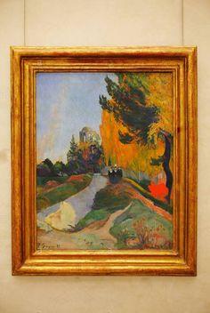Les Alyscamps (1888) Paul Gauguin, Museu d'Orsay  Em outubro de 1888, Gauguin chegou em Arles, onde seu amigo Vincent Van Gogh o havia convidado para vir e trabalhar.   Os dois artistas estavam escrevendo uns aos outros por vários meses, registrando progressos em suas tentativas de produzir uma paisagem não-naturalista.   Esta pintura com as suas flamejantes cores outonais é provavelmente uma das primeiras telas Gauguin feitas em Arles.   Ele mostra a necrópole romana em Arles que foi…