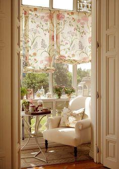 A Shabby Chic Living Room – Decorating On a Budget – Shabby Chic News Interior Exterior, Home Interior, Interior Decorating, Cozy Nook, Cozy Corner, Sweet Corner, Home Living, Living Spaces, Living Room