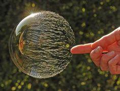 burbuja a punto de reventar y explotar