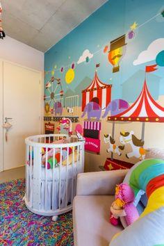 Neste quarto de uma menina, o tema circense apareceu no adesivo vinílico que revestiu a parede atrás do berço