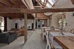 Kijkje vanuit de eethoek (tafel van 3.80m) naar de keuken #TeKoop - unieke woonboerderij Meerlo