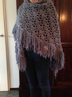 Omslagdoek, materiaal gebruikt: wol van de Zeeman Tweed 5 bollen à 1,99 van 110 gram en haaknaald 7. Patroon via: haken bij Saar en Mien: patroon omslagdoek.
