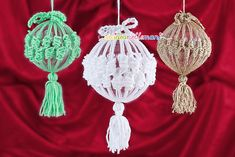 Xmas decorations, tutorial here: http://www.unideanellemani.it/decorazioni-fai-da-te-rivestire-le-palline-di-natale-ad-uncinetto