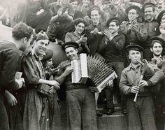 Gerda Taro - Marineros tocando instrumentos musicales en la cubierta del barco de guerra Jaime I en Almería (1937)