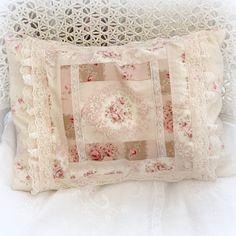 Grand coussin patchwork shabby roses anciennes : Textiles et tapis par lolitarose