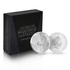 Chewbacca-hopearaha on virallinen #StarWars -keräilytuote. Kookas raha on puhdasta 99,9 % hopeaa.  Proof-laatuinen hopearaha toimitetaan näyttävässä mustassa keräilyrasiassa. Chewbacca, Raha, S Star, Star Wars, Starwars, Star Wars Art