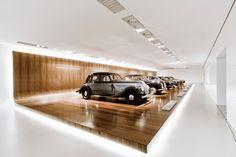Interior do BMW Museum em Munique by Atelier Brueckner. Display Design, Museum Architecture, Modern Architecture, Architecture Collage, Garages, Bmw Museum, Luxury Garage, Automobile, Munich