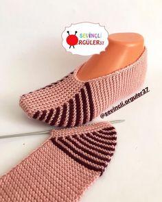 Crochet ideas that you'll love Easy Knitting, Loom Knitting, Knitting Stitches, Knitting Socks, Gestrickte Booties, Knitted Booties, Knitted Slippers, Knit Slippers Free Pattern, Crochet Shoes Pattern
