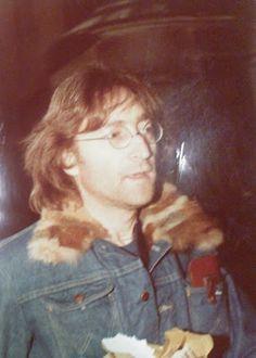 John Lennon     Outside the Dakota