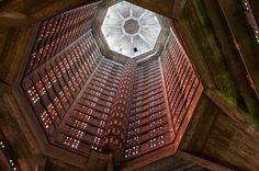 l'église Saint-Joseph du Havre, France. Construit de 1951 à 58 cette église catholique construite en un acte de style néo-gothique comme un mémorial pour les 5000 civils de la ville qui sont morts pendant la Seconde Guerre mondiale. Le clocher de ciment sombre s'élève à plus de 350 pieds - Intérieur