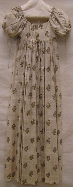 Evening gown (Avondjapon) ca. 1810, needlework with gold thread (neteldoek met gouddraadborduursel), Gemeentemuseum Den Haag.