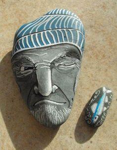 Marin breton peint sur galet, vu de face   Aquarelle et acrylique, Aëlore artiste peintre