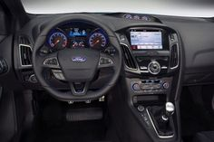 From behind the steering wheel, Ford Focus RS it is not much different from ordinary Focus.