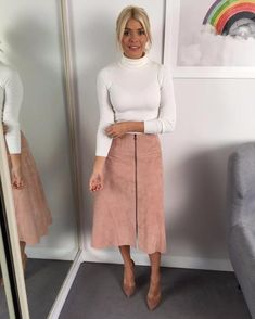 This Morning host Holly Willoughby is known for her figure-hugging pencil skirts and elegant fashion. Take a look at her best outfits from the show. Holly Willoughby Outfits, Holly Willoughby Style, Jw Fashion, Work Fashion, Womens Fashion, Jw Mode, Meeting Outfit, Summer Work Outfits, Autumn Outfits
