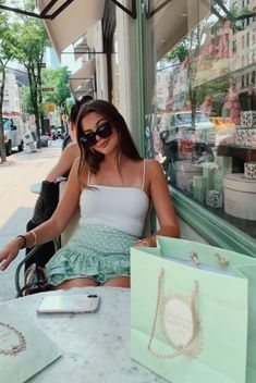 Discover recipes, home ideas, style inspiration and other ideas to try. Rachel Green Outfits, Estilo Rachel Green, Mode Outfits, Trendy Outfits, Fashion Outfits, Vogue Paris, Shotting Photo, Solo Pics, Instagram Pose