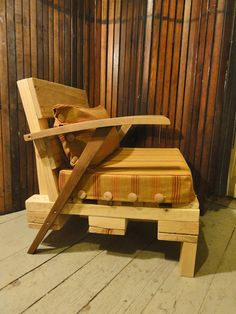 Lounge chair from pallet with drawer #Chair, #Lounge