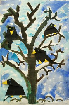 Vier große Krähen hocken auf einem kahlen Baum vor einem kalten Winterhimmel.