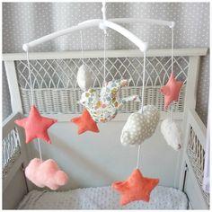 Mobile musical étoile nuage et oiseau teintes de corail gris et liberty betsy porcelaine : Jeux, peluches, doudous par les-petits-gosses-miniatures