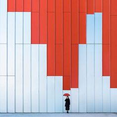 Quirky Couple Travels Around the World to Playfully Interact with Architecture - Playful Architecture Photography Buildings Around the World Anna Devis Daniel Rueda - Minimal Photography, Abstract Photography, Artistic Photography, Creative Photography, Street Photography, Travel Photography, Architectural Photography, Photography Ideas, Levitation Photography