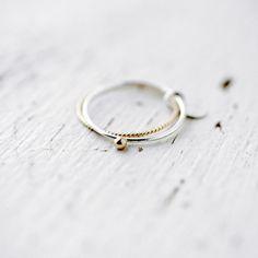 Toi et moi 14kt gold bead silver ring par Minicyn sur Etsy, €100.00