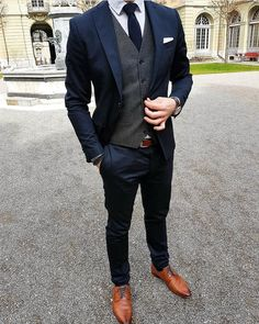 Brighten up you dark menswear suits with a classic white pocket square. Brighten up you dark menswear suits with a classic white pocket square. Mode Masculine, Costume Marie Bleu, Navy Groomsmen, Navy Bridesmaids, White Pocket Square, Pocket Squares, Mode Costume, Look Man, Elegantes Outfit