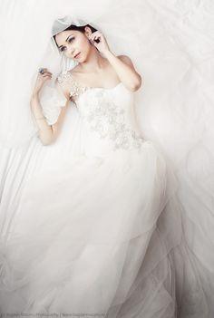 R Weddings, Wedding Dresses, Fashion, Bride Dresses, Moda, Bridal Gowns, Alon Livne Wedding Dresses, Fashion Styles, Wedding Gowns
