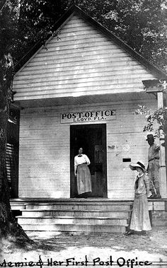 Mary Elizabeth Edwards (Memie) standing in the doorway of the Post Office in Lloyd, Florida Vintage Florida, Old Florida, State Of Florida, Florida Hotels, Antique Photos, Vintage Pictures, Old Photos, Monticello Florida, Post Bus