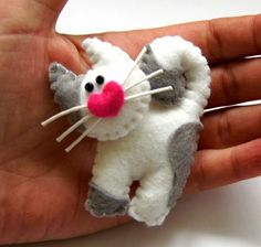 Pink little pigtail brooch of felt, baby jewelry, farmer's gift, gift for the breeder TinyArt Fabric Crafts, Sewing Crafts, Felt Cat, Felt Decorations, Felt Christmas Ornaments, Felt Brooch, Felt Patterns, Felt Applique, Animal Crafts