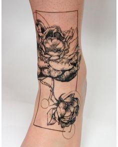 Perfect tattrx tattoo style of peony flower motive done by artist Mowgli Tattoo Gladiolus Tattoo, Peony Flower Tattoos, Flower Tattoo Foot, Flower Tattoo Shoulder, Peonies Tattoo, Flower Tattoo Designs, Leg Tattoos, Sleeve Tattoos, Tattoo Ink