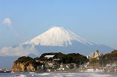 An exceptionally clear view of Mount Fuji from Shichirigihama Beach, Kamakura, Kanagawa, Japan Kamakura, Japon Tokyo, Asia Travel, Japan Travel, Osaka, Kyoto, Places Around The World, Around The Worlds, Monte Fuji