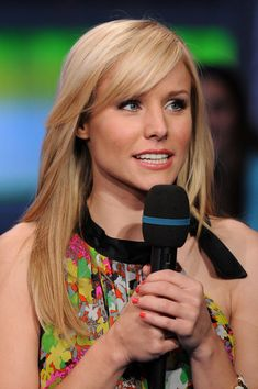 Check out pictures of actress Kristen Bell hair and hairstyles. Kristen Bell is the title character in the series Terminator: The Sarah Connor Chronicles and voices the narrator in Gossip Girl. Kristen Bell has long, straight, blonde hair. Blonde Actresses, Hot Actresses, Long Hair With Bangs, Kristen Bell, Olivia Munn, Kristen Stewart, Bellisima, Cute Hairstyles, New Hair