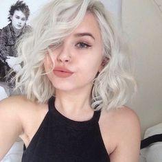 des cheveux court et blond platine, comment boucler ses cheveux court et mi-long