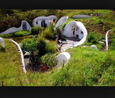 hobbit house plans: cute hobbit homes are real underground home plans Natural Building, Green Building, Hobbit Hole, The Hobbit, Nachhaltiges Design, House Design, Modern Design, Design Ideas, Casa Dos Hobbits