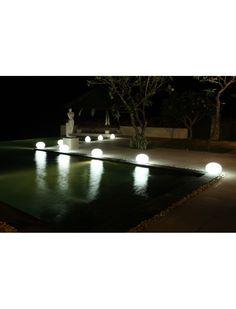 La FlatBall de Smart & Green est étonnante. Elle peut éclairer une table, faire un chemin lumineux ou encore flotter à la surface de votre piscine. https://www.jardin-concept.com/p-lampe-flottante-flat-ball-51-1241.html