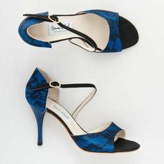 chaussures de danse en bleu éléctrique et noir aux motifs dentelle