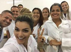 Kelly Key, de jaleco, faz selfie com colegas de faculdade