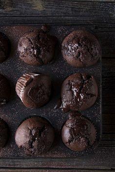 Schokoladige Schokoladenmuffins auf teigliebe.com #muffins #rezepte #schokomuffins #schokolade #schokoladenmuffins #schokorezepte