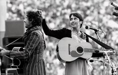 BOB DYLAN & JOAN BAEZ 1982 ¿Bob and Joan were a couple but had split by the time this pict...