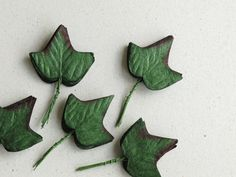 50 Paper Ivy Leaves with Wire Stems (Life-size) - Made of mulberry paper - Ideal for scrapbooking & boutonniere