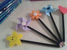 Ponteiras de Lápis ou Caneta Kids Crafts, Diy Crafts For Girls, Felt Crafts, Diy And Crafts, Pencil Topper Crafts, Pencil Toppers, Pens And Pencils, Activities For Kids, Lily
