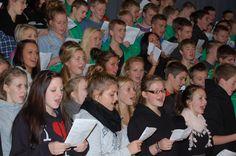 Sang dagen lang. Nogle gange i løbet af året skaber vi et stort kor af alle skolens elever. Musiklærerne finder et lækkert nummer eller to, som efter et par timer i øvelokalet bliver opført for publikum ved en passende lejlighed. Ofte spiller en gruppe af elever til.