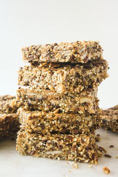 So apparently the first weekend binge of the year is going to be filled with superfoods. Stay with me, I promise these are as addictive as cookies. These crunchy quinoa bars have peanut butter, fla… to eat flax seed recipes Healthy Protein Snacks, Healthy Recipes, Protein Bars, Healthy Treats, Healthy Baking, Gluten Free Recipes, Cooking Recipes, Vegan Protein, High Protein