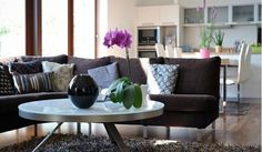 Carry Empty Living Room - A Good Idea for Spacious Space  Details appreciation.