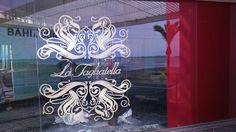 Vinilos decorativos blancos que dan hermoso contraste y personalidad al vidrio 👌  #vinilo #decor #deco #españa #sevilla #diseño #arquitectura #muebles #contraste #empresa #muebleria #tienda #tiendaonline #ideas #vidrios #blanco #restaurante
