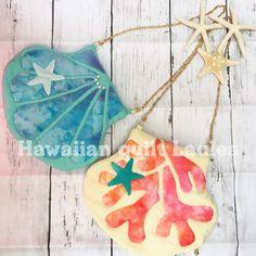 いいね!228件、コメント27件 ― Hawaiian quilt Lauleaさん(@hawaiianquilt_laulea)のInstagramアカウント: 「こんにちは♡ 今日は久しぶりの新作です シェル&珊瑚のチェーンバッグ チェーンは取り外し可能なので、ポーチとしても お手軽に作れちゃいます…」 Hawaiian Pattern, Hawaiian Quilts, Beaded Bags, Quilted Bag, Mini Purse, Sewing For Kids, Bold Colors, Quilt Blocks, Sewing Crafts