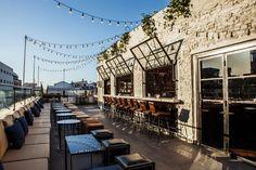 New York et Berlin n'ont qu'à bien se tenir, Tel Aviv vient de se doter d'un de ces Rooftops où il est aussi bon d'être vu que de dévaler le menu. Ambiance mystérieuse, vibes délicieuses et vue somptueuse, voici le cocktail sexy de ce nouveau spot qui domine la skyline de la Non Stop City.