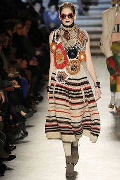 missoni i love their genius with couture knits, crochet and yarn Knitwear Fashion, Knit Fashion, Boho Fashion, Fashion Design, High Fashion, Missoni, Crochet Skirts, Crochet Clothes, Knit Skirt